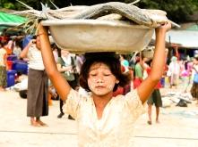 เด็กสาวชาวทวายกำลังแบกปลาไปขายในตลาด, ตลาดปลาตะบอเส็ก, หาดตะบอเส็ก, ประเทศเมียนมา