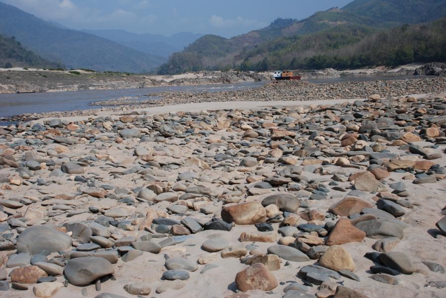 หาดหินใต้เขื่อนไซยะบุรี